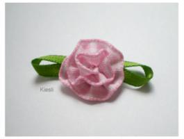 Roze geruit roosje met strikje
