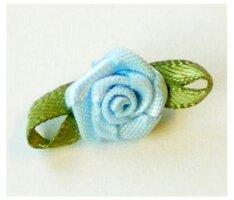 Lichtblauw roosje op strikje